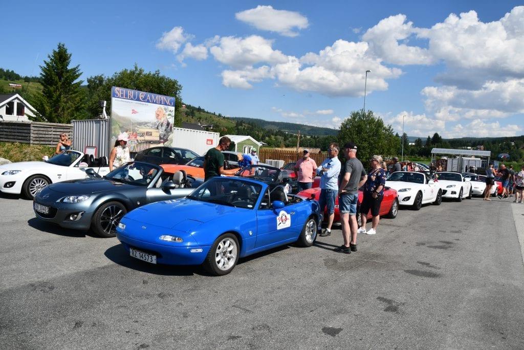 Det var litt av en kortesje da 41 sportsbiler av typen Mazda MX-5 Miata kjørte gjennom Tydal og Selbu fredag formiddag.