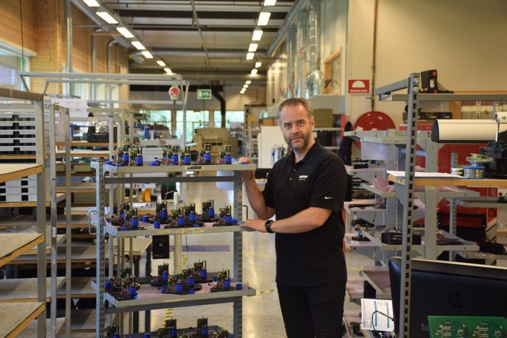 Konsernsjef Per Jørgen Weisethaunet i fabrikken på Øyberget i Selbu, hvor han viser frem komponenter til sonarproduksjon.