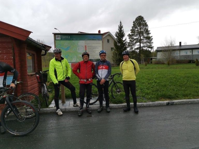 Gruppa med ildsjeler som har gjort en kjempejobb med rydding og merking av sykkelløyper ble hedret. Fra venstre: Einar Jonny Langli, Oddvar Raaen, Einar Arve Hammerhaug og Jon Eirik Elvsveen. Karl Eirik Elvsveen var ikke til stede men fikk også heder.