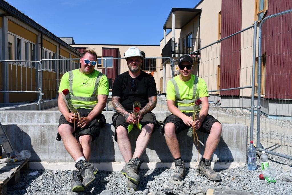 Morten Stamnsve, Rune Moholt og Marius Dybwad Lund fra firmaet Fossli Maskin og Transport fikk ukens rose grunnet sin fremragende håndtering av tjelden som i flere år har bosatt seg utenfor Selbu sykehjem.