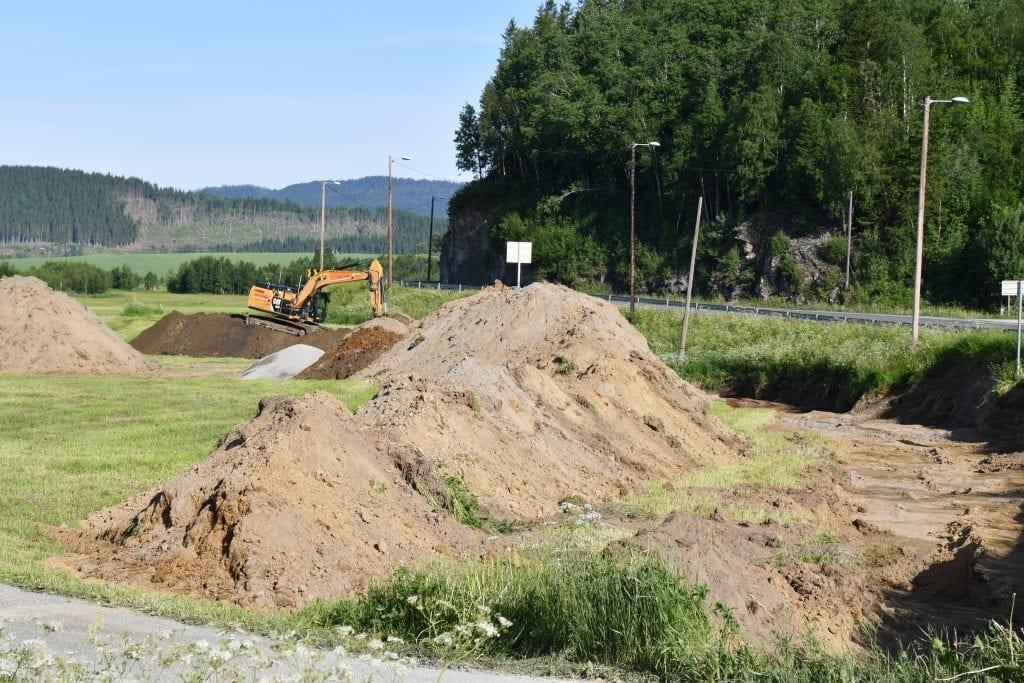 Mandag startet den første gravemaskina fra entreprenørfirmaet Johs. J. Syltern gravearbeidet på den nye veitraseen forbi Øybergkammen.