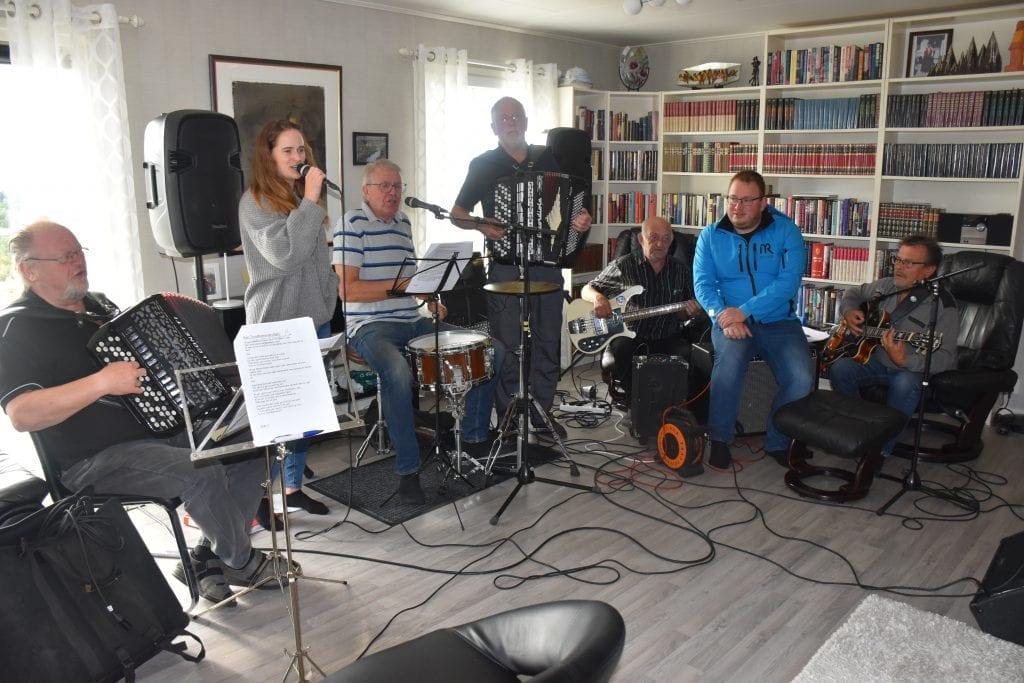 Musikere øver til allsang på Årsøya