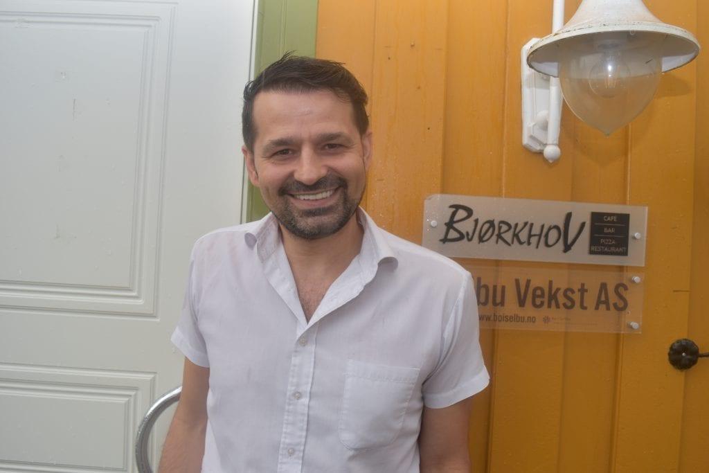 En lettet Özgur Zorlu kan tirsdag kveld konstatere at ingen flere av de ansatte har testet positivt for covid-19. Bildet er fra en tidligere anledning. Foto: Bodil Uthus.