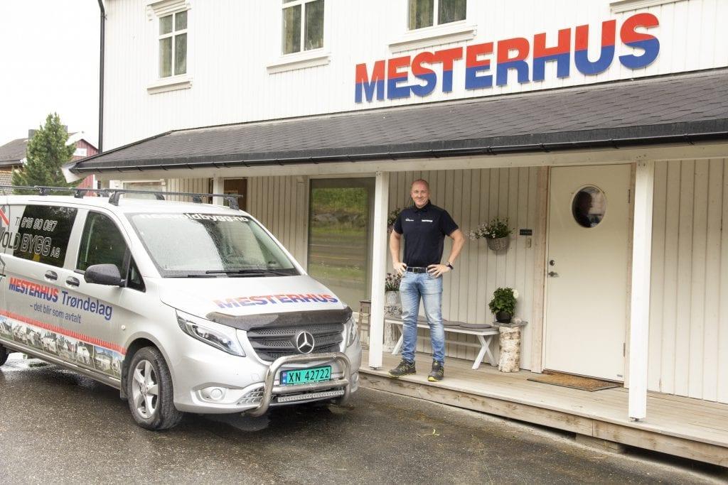 Byggmester Frode Nesvold er daglig leder og eier av Nesvold Bygg som er forhandler av Mesterhus. Lokalene har direkte adkomst fra 705'en, og innom døra står kaffen klar til de som ønsker en byggeprat.