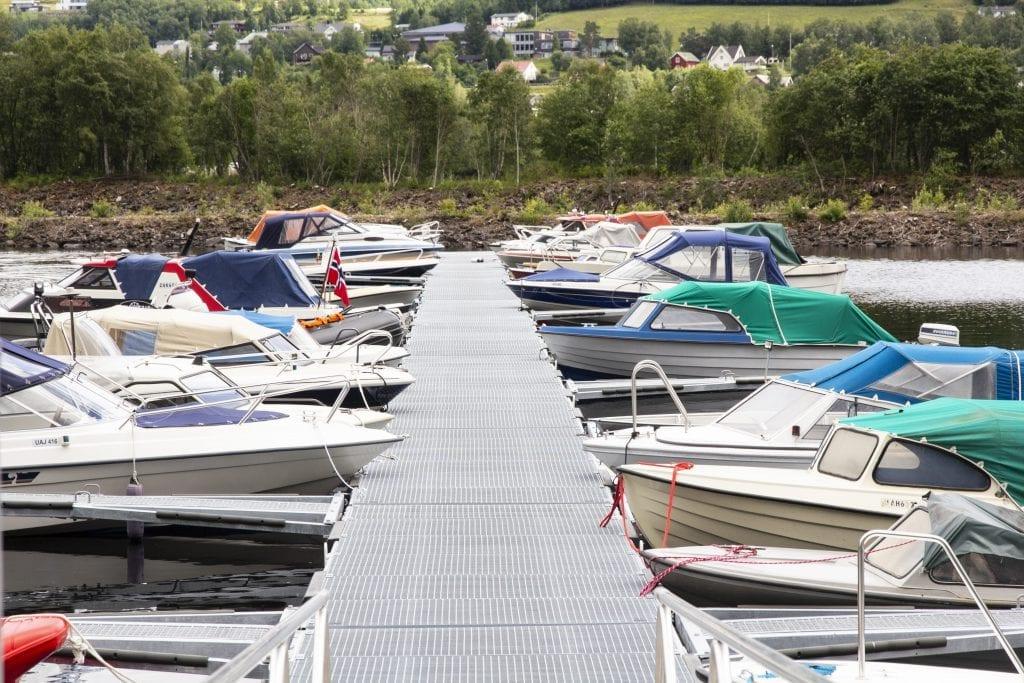 Bryggeanlegget i småbåthavna ved Årsøya fikk seg en kraftig oppgradering i juni. Fra den gamle i tre med isoporflytere, til moderne stålkonstruksjon og pongtonger.