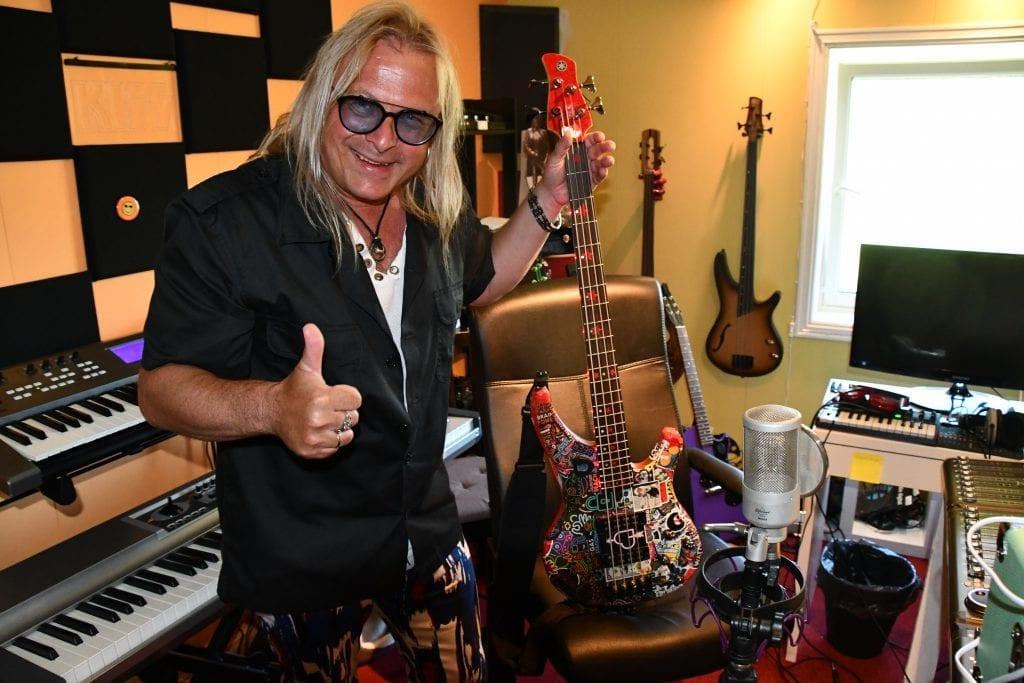 Victor Cito Smaavik Borge i sitt studio i Innbygda, med bassgitaren som er hans hovedinstrument. Nå slipper han ny låt, Hello (Lady in blue).