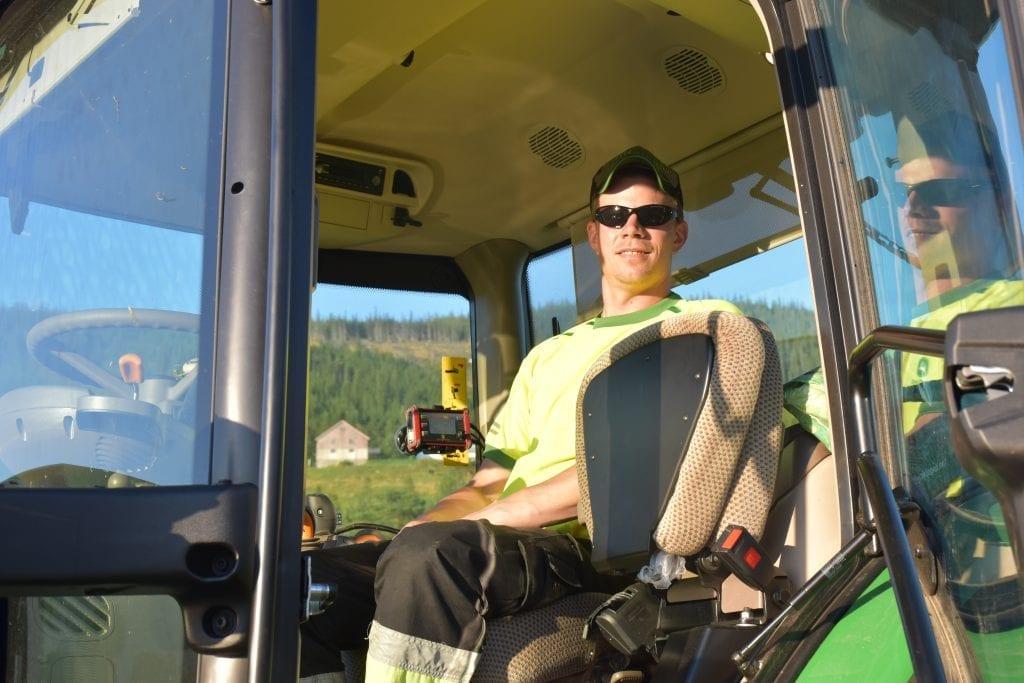 Det blir lange kvelder på traktoren for Knut Arild etter først å ha fullført arbeidsdagen på Stokkfjellet.