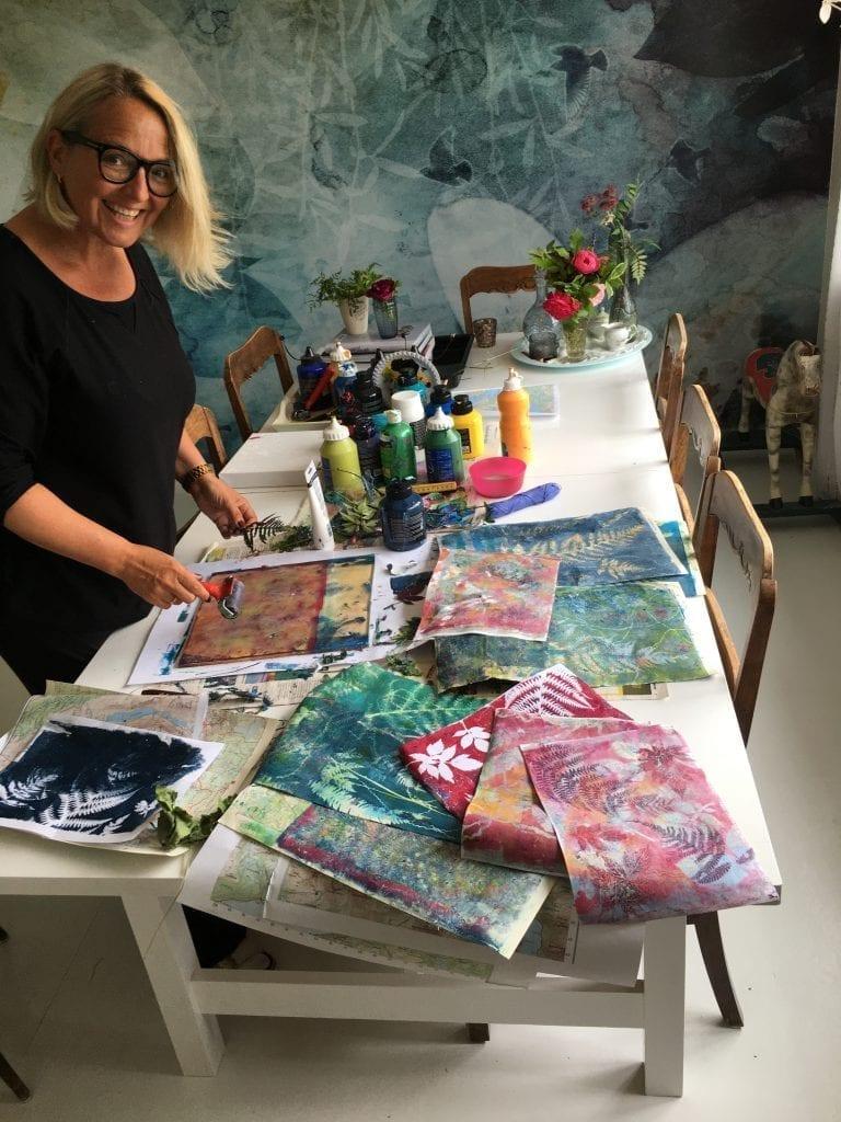 Solbjørg Langnes har lang kunstnerisk erfaring. Nå debuterer hun som utstiller og førstemann ut i høstrekka på Galleri Kulviksvingen. Foto privat.