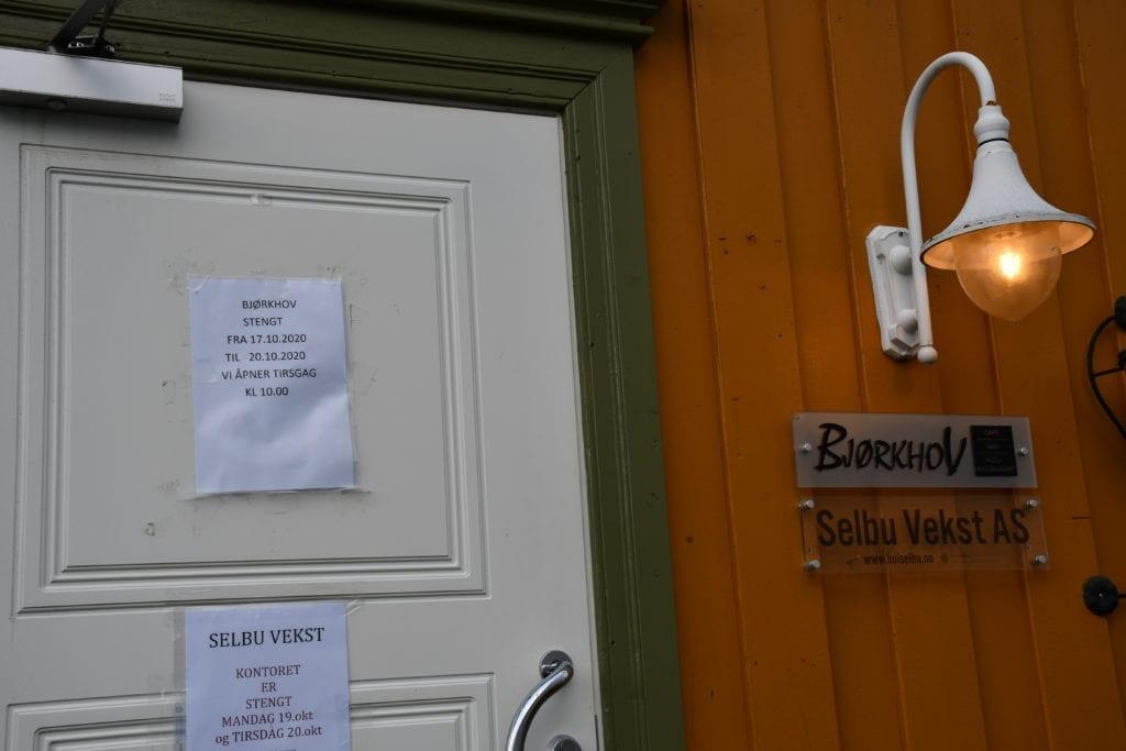 Bjørkhov i Selbu har stengt dørene da en av de ansatte har påvist korona. - Nå skal vi alle teste oss. Vi åpner dørene på tirsdag hvis ingen av oss andre ansatte tester negativt, sier daglig leder Özgur Zorli, som er i kontakt med kommuneoverlege Leif Vonen.