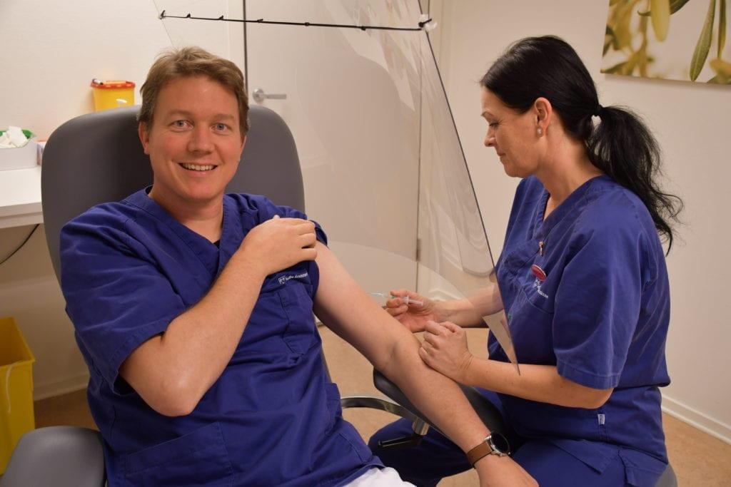 Lege Ole Dybro Kjeldsen og sykepleier Heidi Aas er klar sammen med resten av lege- og sykepleierteamet til å sette influensavaksinen på folk i riskikogruppa i Selbu.