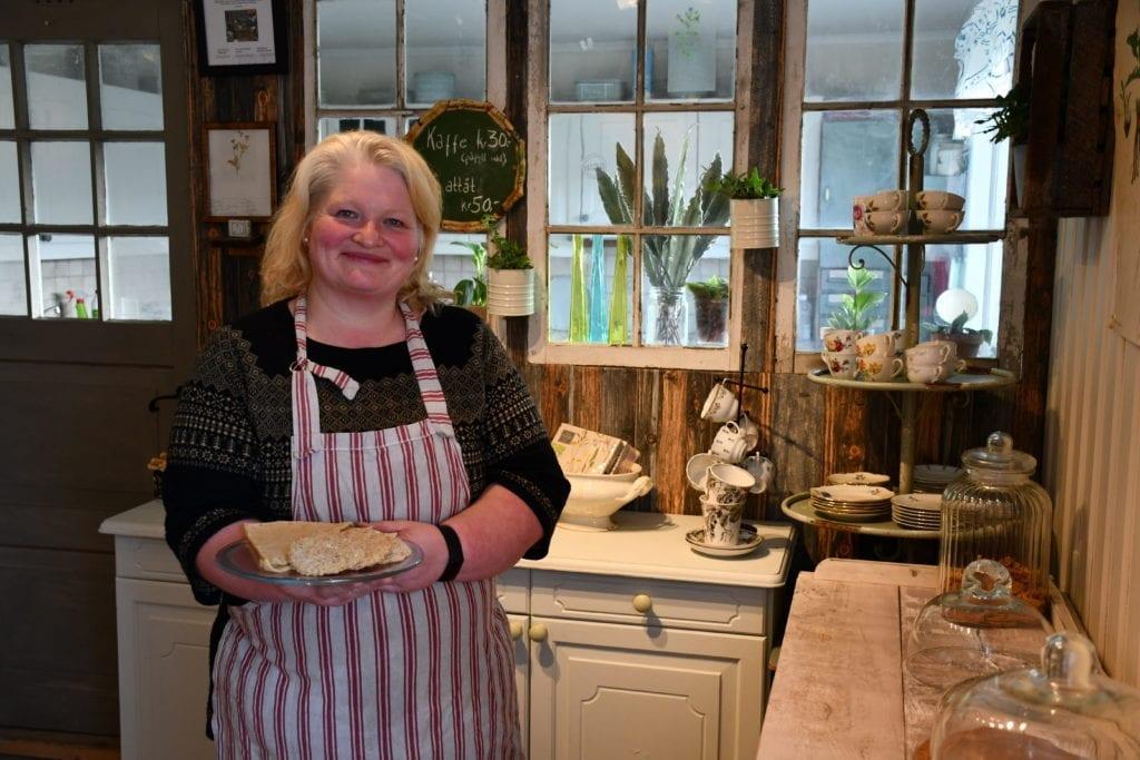 Sissel Berge ønsker velkommen til gårdskafé på Berge Gård. - Denne uka serverer jeg blåbærostekake, lemse, potetlefserull og svele til kaffen. Hva jeg serverer vil variere med sesongen, sier hun.