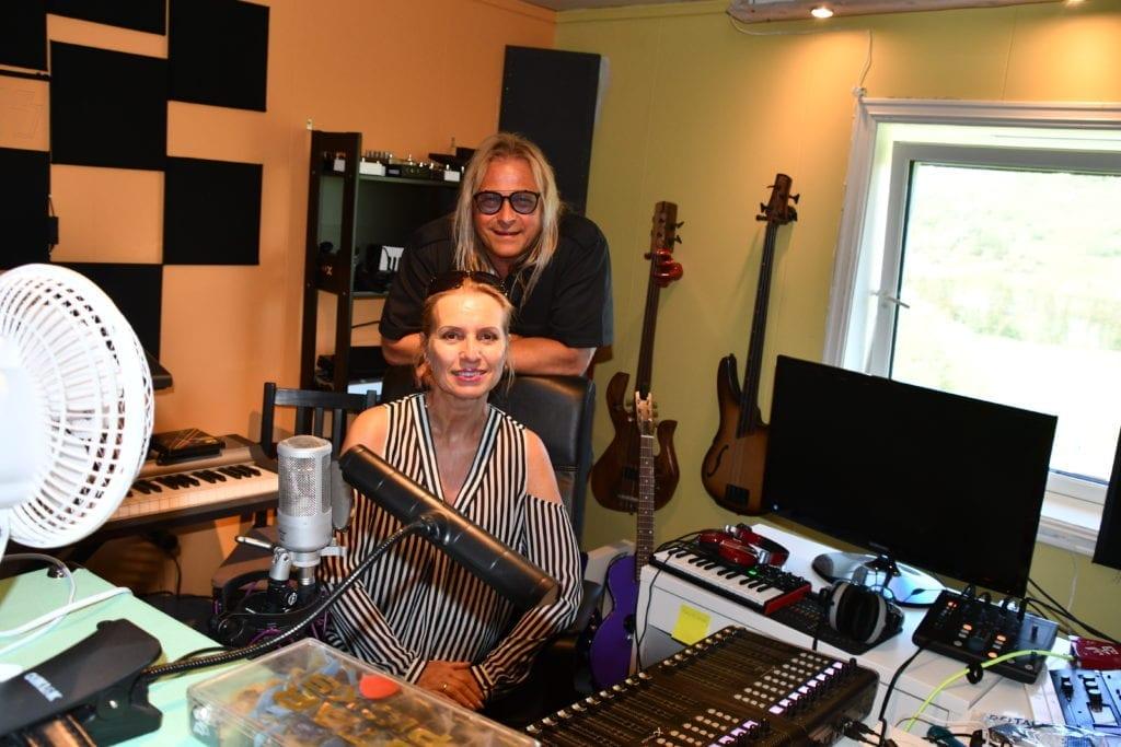 På denne låta synger Victor duett med sin fru, Bente Smaavik Borge, og spiller alle instrumentene selv.