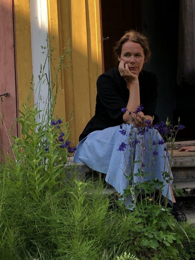 - Historien til Morset-familien kan aldri glemmes, og med film kan den nå ut til flere, sier Elisabeth Matheson, som både er produsent og skuespiller i «Snømørkt – ei mor si krigshistorie. Her fra trappa fra filmsettet på Stokkhøginj. Foto: Kjersti Haugen