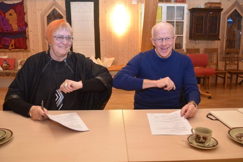 Avtalesignering og et historisk øyeblikk på Granby Gård i dag da Inger Granby og Ola Morten Eidem albuegratulerte hverandre med den største kjøpskontrakten som noensinne er gjort mellom en næringsaktør og grunneier i Selbu