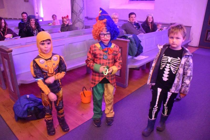 Tre tøffe og skumle Halloween-gutter. F.v.: Transformer Marcos Johannes Q. Tørum, klovnen Brage Reinås og det skumle skjelettet Elian Mosbø.