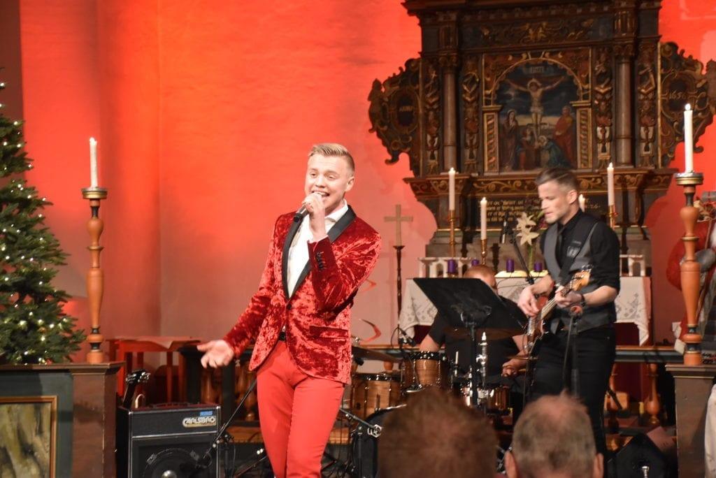 Henrik Fuglem skapte skikkelig julestemning under fjorårets konserter. Det blir det i år også, selv om det blir plass for mindre publikum. Foto: Narve Rognebakke.