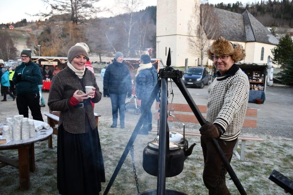 Liv Grøtte er fornøyd med årets julemarked ved Selbu Museum. Her sammen med Terje Hafstad som koker bålkaffe for Bygdekvinnelaget