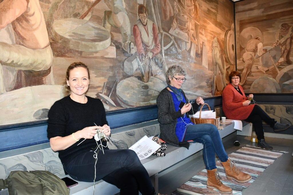 Det er mange som interesserer seg for de gamle håndverkstradisjonene. Gretha Røset, Gunn Marit Wanvik og Unni Aftret har alle strikket før, men ikke mye selbustrikk.