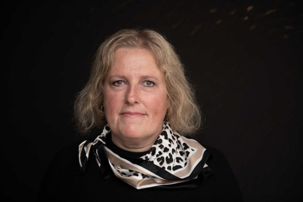 Inger Lise Svendgård er leder av krisesenteret på Verdal. Hun oppfordrer alle som opplever volf til å ta kontakt på telefon 740 777 10. Foto: Bennet reklamebyrå