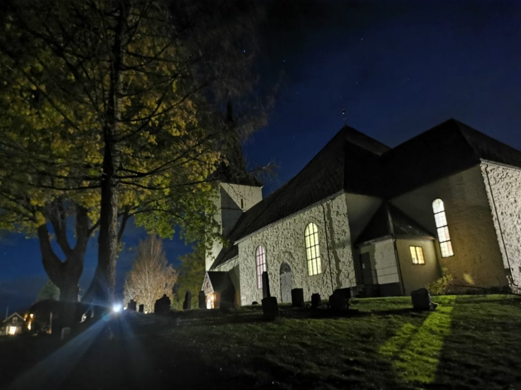 Kirkene i Neadalen tar kun inn 25-50 kirkegjengere til julegudstjenestene i år, og alle må forhåndsregistreres.
