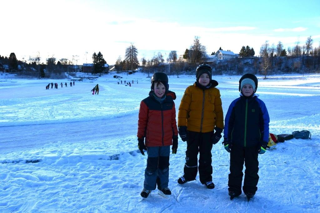 5. klassingene Andreas Røset, Naglis Krasnickas og Alexander Norboe storkoser seg på isen i Putten. I bakgrunnen ser vi både hockeybaner og skøyteløyper.