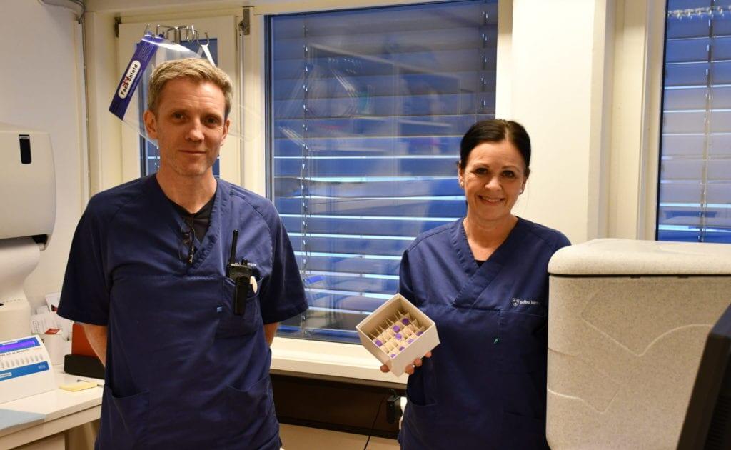 Fastlege Glenn Draveng og vaksinekoordinator Heidi Aas anbefaler folk til å ta koronavaksinen. De har selv tatt den og har ikke fått noen bivirkninger.