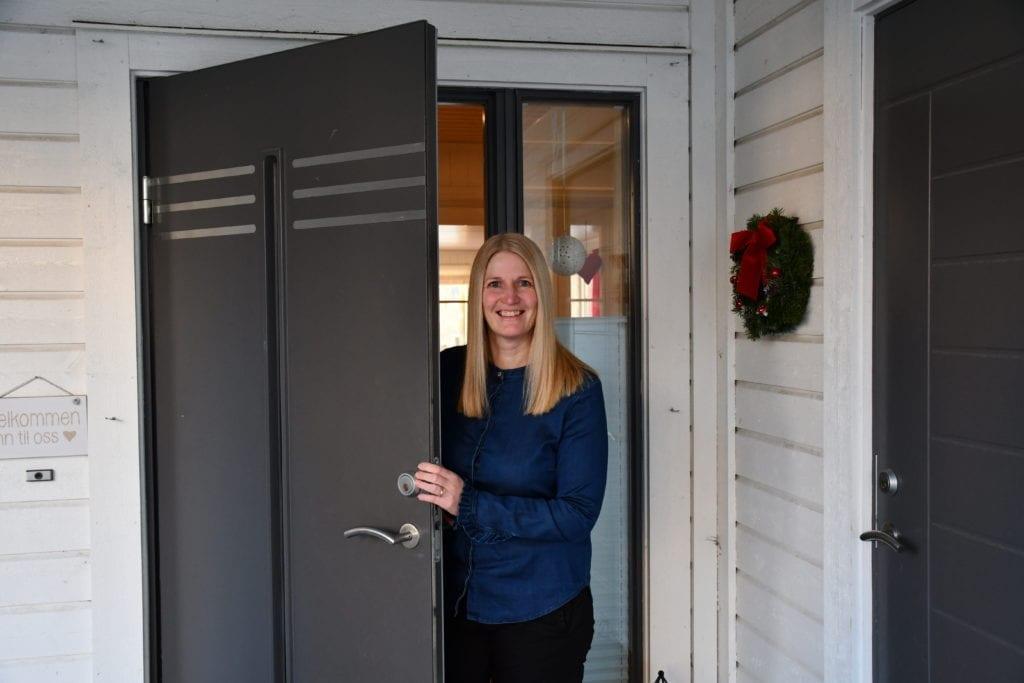 Hilde Kjeldstad har jobbet hjemmefra i Kvellohaugen i Selbu siden mars. Hun er ansvarlig for å spore og begrense koronasmitte i Selbu og Tydal, og jobber tett med kommuneoverlegen.