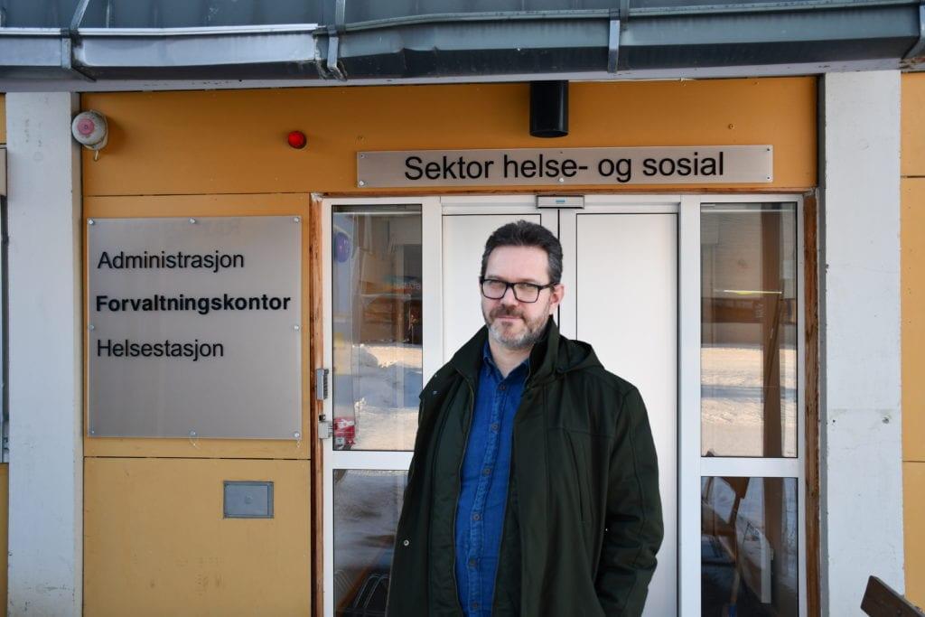 Robert Mulelid, tjenesteleder for helse, aktivitet og service i Selbu kommune, ber pårørende om å varsle hjemmeboende over 85 år om at de vil bli oppringt mandag med tilbud om vaksinering. Foto: Lina Tørum