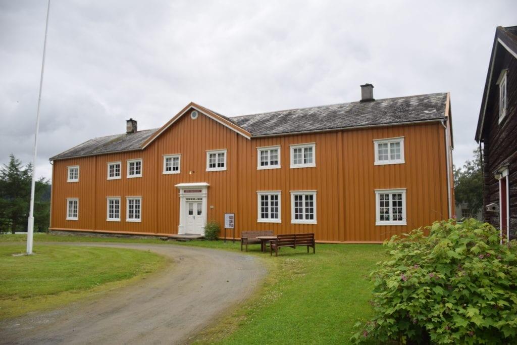 Leif S. Geving reagerer på at en utenbygds aktør fikk jobben ved å male Selbu Bygdemuseum når et lokalt firma tilbød en pris som var tre ganger lavere i en anbudsrunde. Arkivbilde