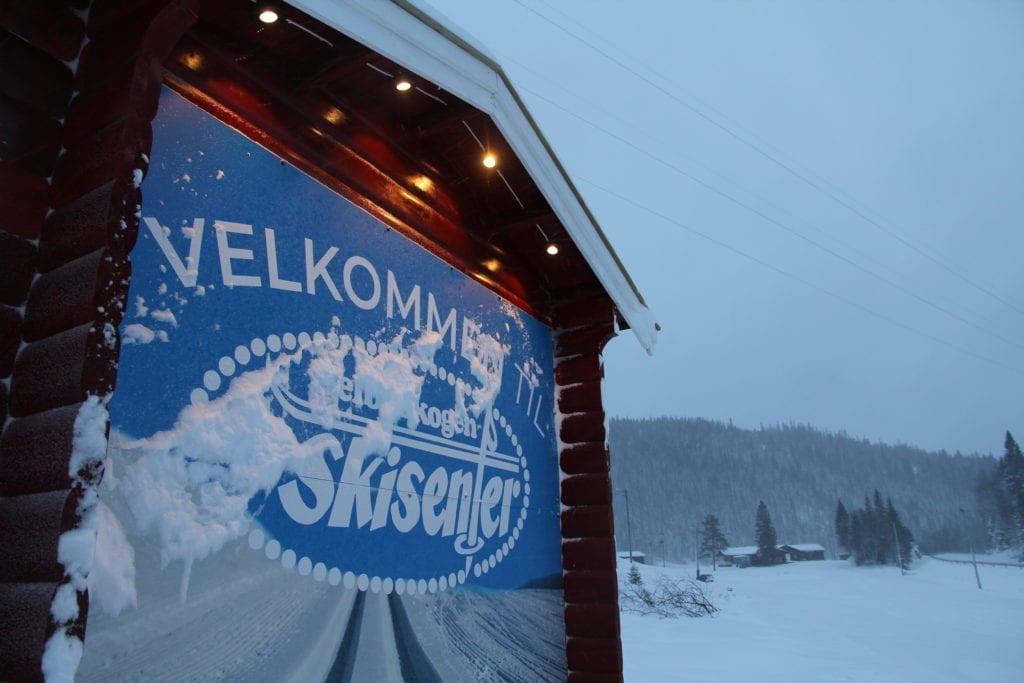 På skisenteret ønskes det velkommen til å gå både på kunstig og naturlig snø.