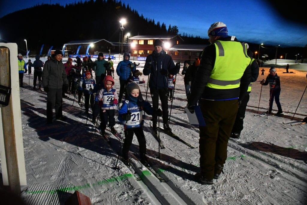 Endelig ble det skirenn! Klasse 6 år, med Elvis Græsli Hansen i front, gjør seg klar til start på Barnas mini-VM på Selbuskogen tirsdag kveld.