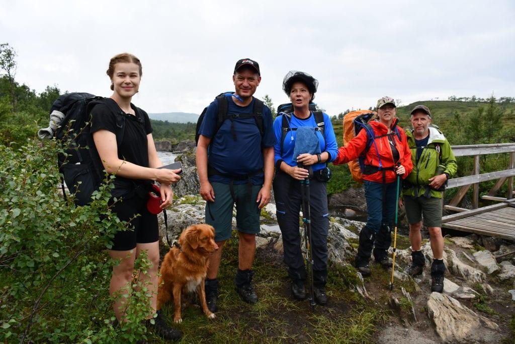 Turfølge som gikk Norge på tvers sommeren 2020. I år blir det andre betingelser for å gå turen. Fra venstre: Julie Selbo fra Verdal med hunden Indy, Roger Ulseth og Ellen Aunet fra Melhus og Trine Løvmo og Bjørn Haugen fra Heimdal.