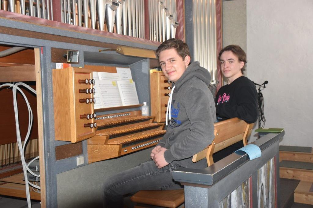 Henrik Løvø Aune og Tomas Nissestad Unsgård stiller begge gjerne opp som organistvikarer i kirken.