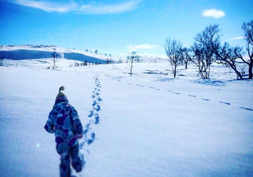 - Jeg håper at mange tar turen, for det er i alle fall en grei aktivitet nå når alt annet er avlyst og det er lite snø, oppfordrer Lisbeth Sørflakne, som står bak ideen Påskespor.