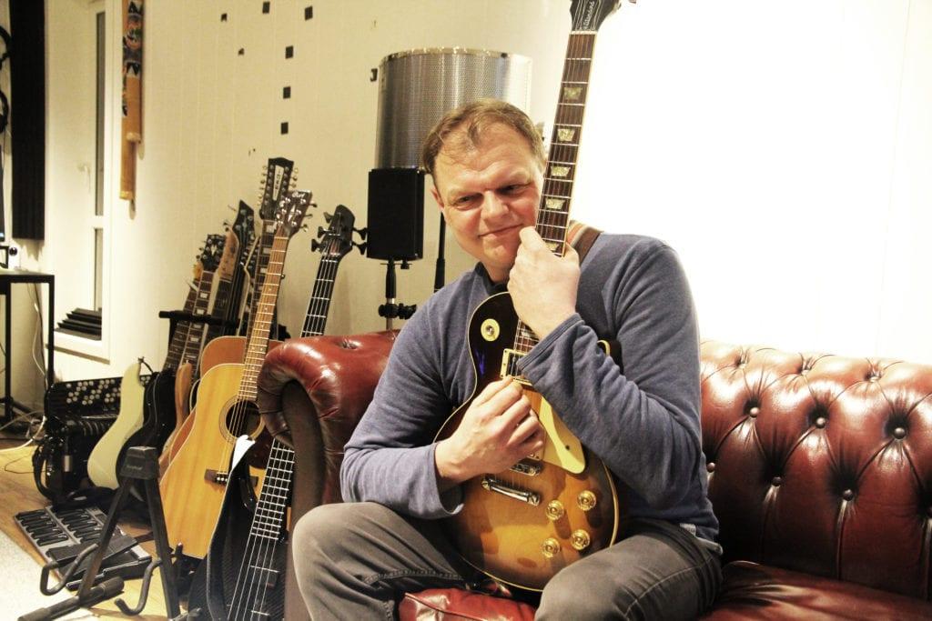 Per Dagfinn har alltid vært opptatt av musikk. Nå er han klar til å dele rockealbumet «Dreamworld», med kun egenskrevet materiale, med resten av verden. Hans trofaste Gibson Les Paul er med på ferden.