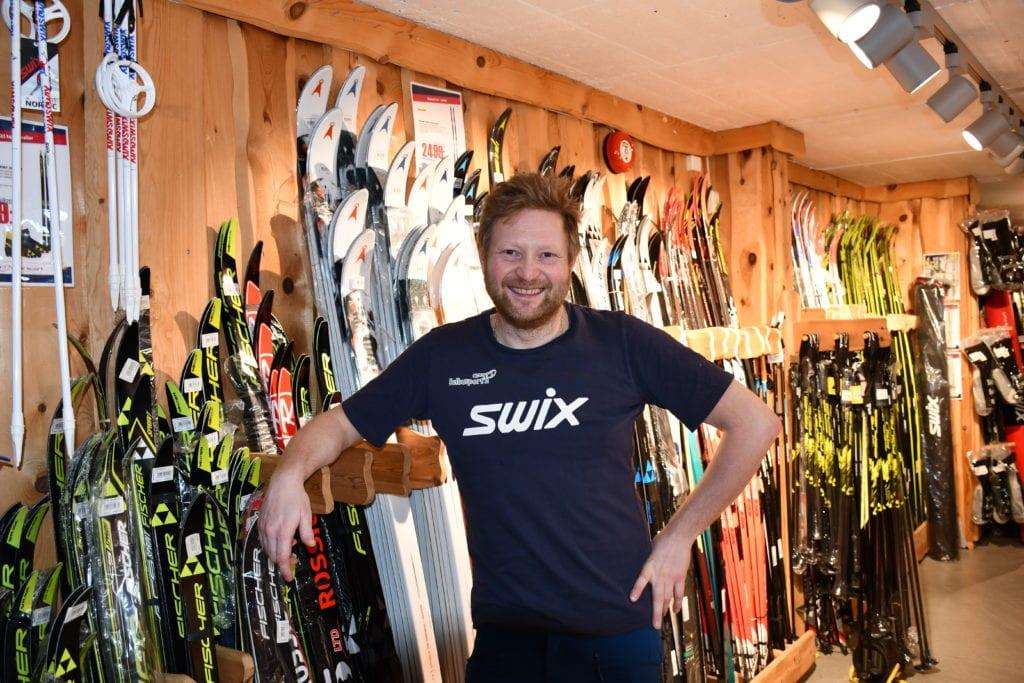 Daglig leder ved Selbusporten Ole Johan Øyaseter forteller at det ryktes om butikken i Selbu og fokuset de har på ski. Han ser at flere og flere av kundene kommer utabygdes fra.