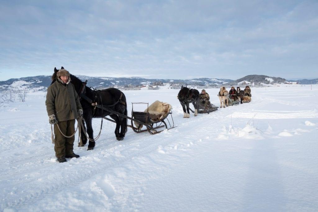 Hester og lasskjørere under filminnspillingen på isen på Selbusjøen en sprettkald januardag i vinter.