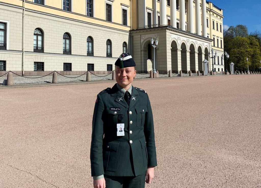 Malin utenfor huset der hun jobber, Slottet i Oslo.
