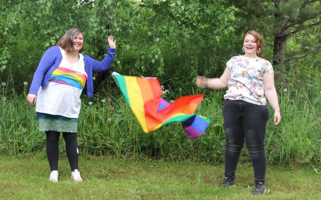 Mari Engen Hanem (t.v) og Linn Kristin Mosbø er initiativtakerne bak NeadalsPride som starter aktivitetene sine med en kick-off i høst.