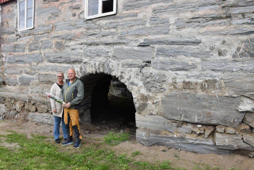 Hilde og Haldor kunne fortjent ta imot Ukens rose for at de har tatt vare på de gamle gråsteinsmurene i Kvello.