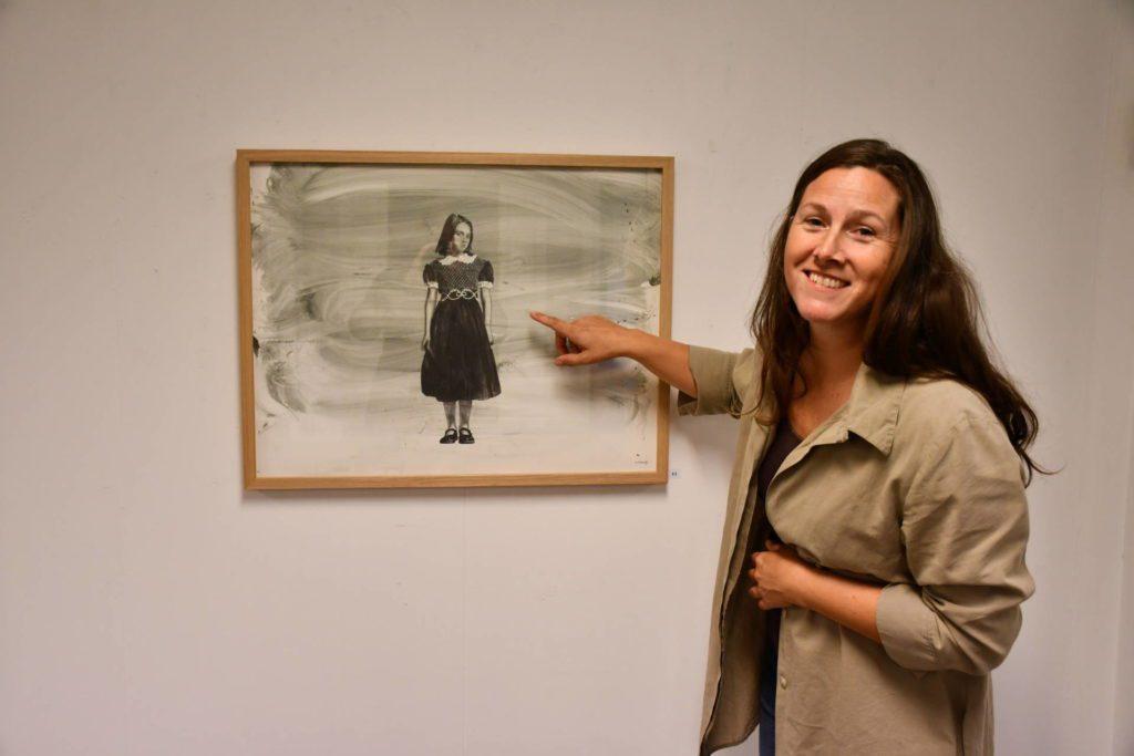 - Dette bildet sier så mye, utbryter Marthe Belsvik Stavrum om bildet The Dress. Lederen i Neadalen Kunstforening ønsker velkommen til utstilling med en av Norges mest ettertrakta kunstnere