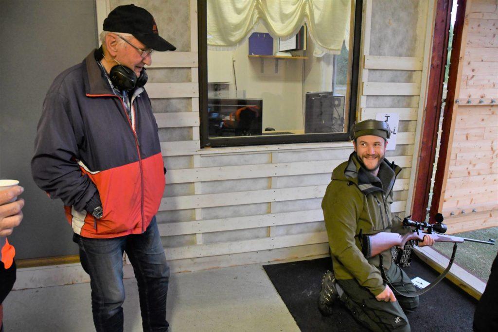 Pål Kjøsnes Aftret smiler fornøyd etter å ha klart skytekravet til Storviltprøven. Det ble 5 treff i sirkelen og Pål er klar for hjortejakt på Tustna kommende helg. Det er greit, når en gjør dette for første gang, å ha en erfaren elgjeger som rådgiver, morfar Oddbjørn Kjøsnes innehadde den rollen.