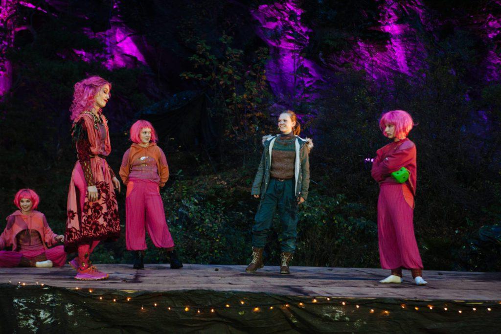 Her er Milla (nummer tre fra venstre) i aksjon under årets utgave av Yggdrasil som spilles i Storvika på Stjørdal hele høstferien. Foto: Yggdrasil Teater